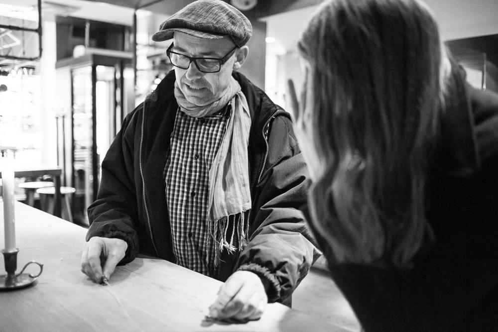 Mats Bäcker har fotoutställning på Vassa Eggen. Diskuterar upphängning med Elisabet