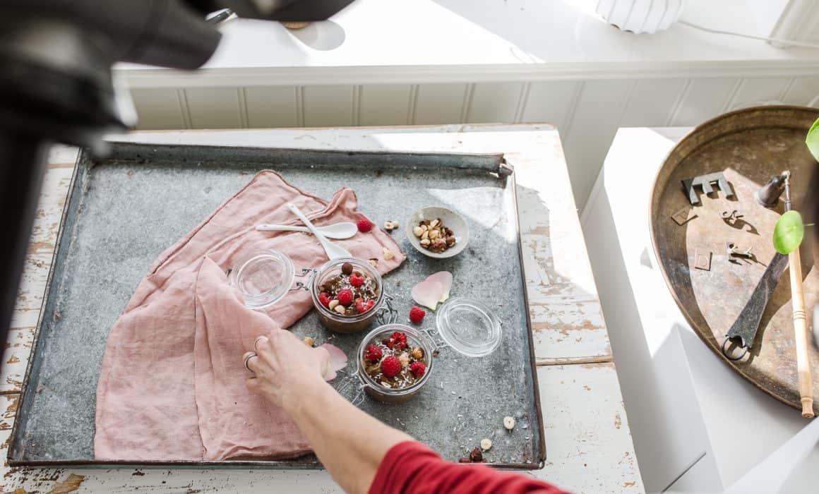 Cornelia rättar till stylingen på workshopen hos Dagmars Kitchen